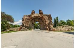 Крепостна стена и южна порта в Хисаря