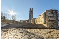 Паметник Трите Поколения над Перущица